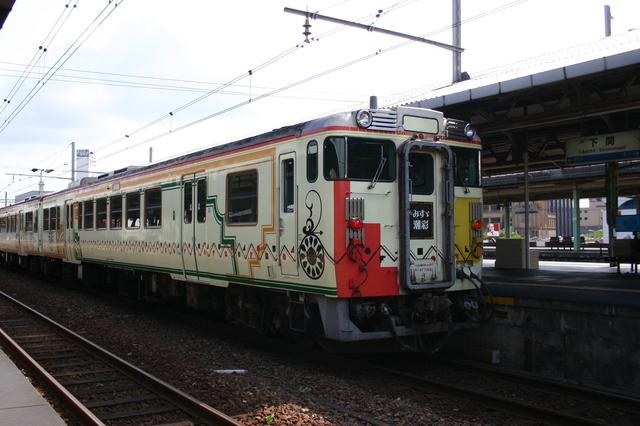 角島 01臨時快速みすゞ潮彩(みすずしおさい)号の指定席車両はアールデコ調9.jpg