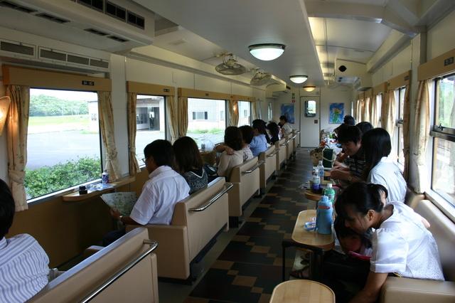 角島 02臨時快速みすゞ潮彩(みすずしおさい)号の指定席車両 座席4.jpg