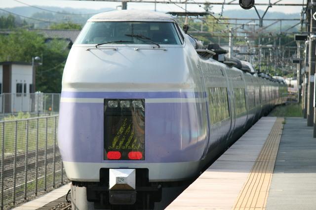 IMG_新宿~松本間を結ぶ、JR東日本の特急スーパーあずさ号(E351系)