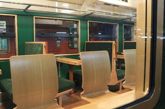 IMG_0340観光列車べるもんたの富山湾側は木製のカウンター席が並ぶ.JPG