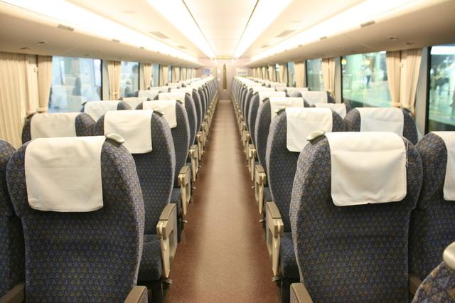 IMG_05特急サンダーバード号(リニューアル新型車両)の普通車座席37.JPG