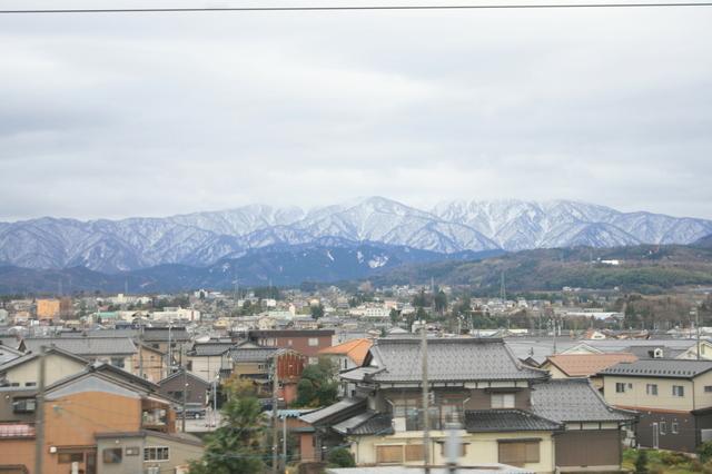 IMG_0552車窓に広がる黒部市のまちなみと立山連峰.JPG