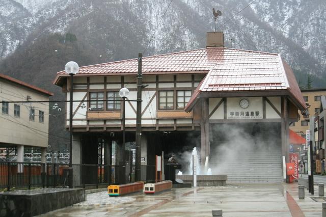 IMG_0661駅前にある温泉噴水が湯けむりを上げる、富山地鉄の宇奈月温泉駅.JPG