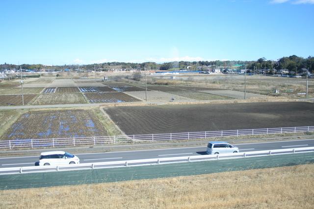 IMG_130成田空港が近づいてくると、車窓には広々とした農地が広がってくる 9.JPG