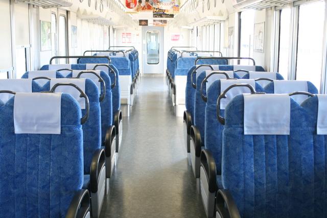 IMG_クロスシートとロングシートで構成された313系電車の座席