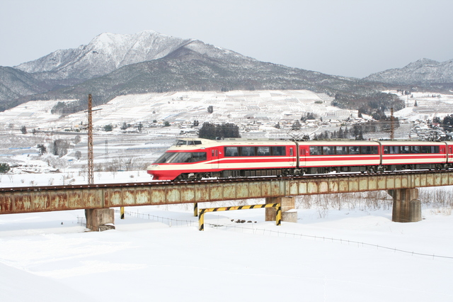 IMG_2692鉄橋をゆく長野電鉄の特急ゆけむり号.JPG