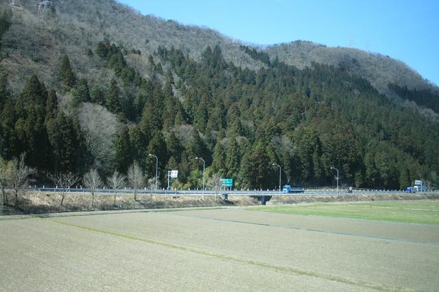 IMG_296北陸本線を走る福井駅普通列車(521系電車)の座席は転換式クロスシートがベース0.JPG