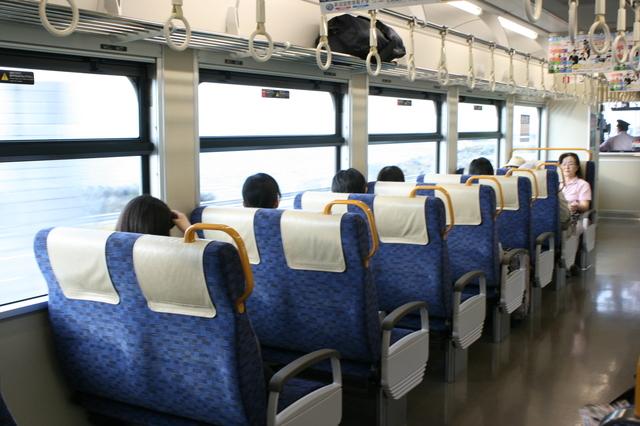 IMG_304えちごトキめき鉄道(ひすいライン)に投入された新造気動車ET122の座席4.JPG