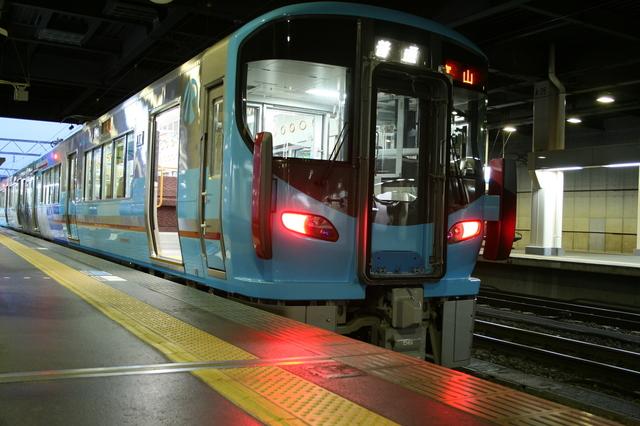 IMG_3504金沢発、富山行のIRいしかわ鉄道・あいの風とやま鉄道の直通普通列車.JPG