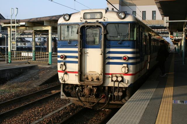 IMG_356新津駅を出発するJR羽越本線の酒田行普通列車6.JPG