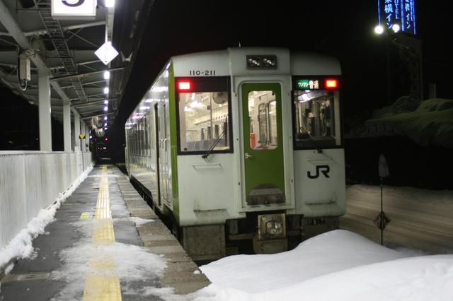 IMG_372終点の米沢駅に到着したJR米坂線の普通列車。米沢も積雪が多いエリア6.JPG