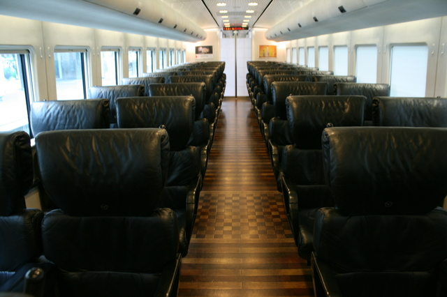 IMG_黒い本革が使われているJR九州885系「特急白いかもめ号」普通車の座席