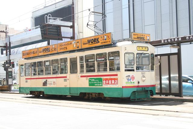 IMG_3975富山市内を走る、富山地鉄(富山地方鉄道)の路面電車.JPG