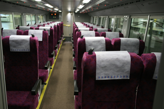 IMG_408リクライニングシートが配された「特急ひたち号」「特急ときわ号」の座席。上部のランプの色に注目1.JPG