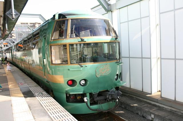 IMG_緑色の車体と丸みを帯びたデザインが特徴のJR九州の特急「ゆふいんの森号」