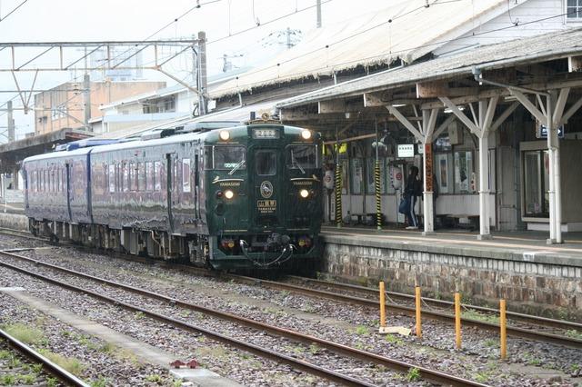 IMG_431八代駅に停車するJR九州の特急列車「かわせみ・やませみ」3-min.JPG