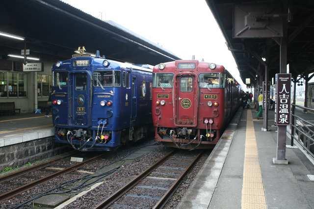 IMG_46JR人吉駅に停車する「かわせみ・やませみ」(左)と人吉〜吉松を結ぶ「いさぶろう・しんぺい」(右)75-min.JPG