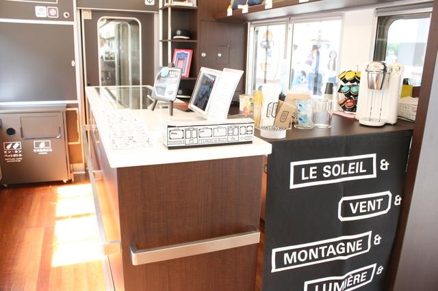 IMG_5206岡山の特産品などが販売されている観光列車「ラマルドボア」のサービスコーナー.JPG