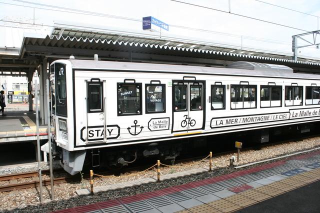 IMG_5241観光車両「ラマルドボア」は外装・内装が「旅の道具箱(トランク)」をイメージしたデザインに.JPG
