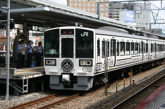 IMG_5250岡山〜宇野を結ぶJR西日本の臨時観光列車「ラ・マルせとうち」.JPG