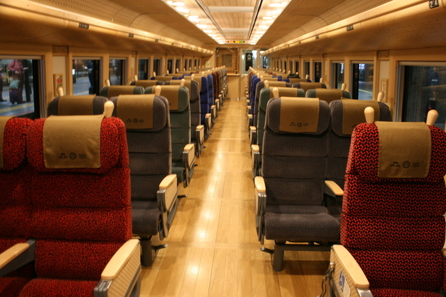 IMG_5716特急「まいづる」「丹後の海車両」の普通車自由席座席.JPG