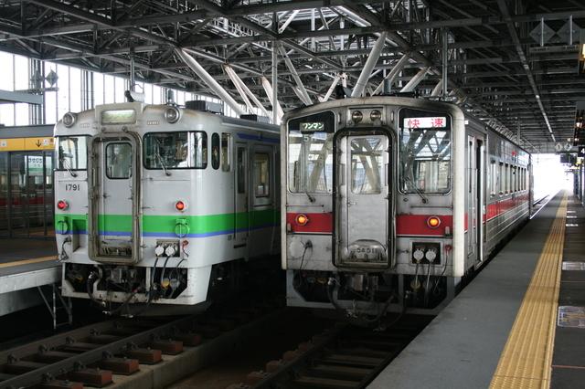 IMG_674旭川駅のホームに停車するJR北海道の特別快速列車きたみ3.JPG