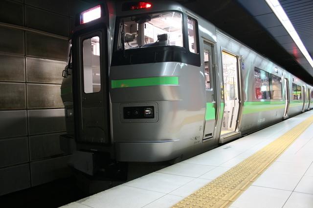 IMG_718新千歳空港駅に停車する快速エアポート(733系)6.jpg