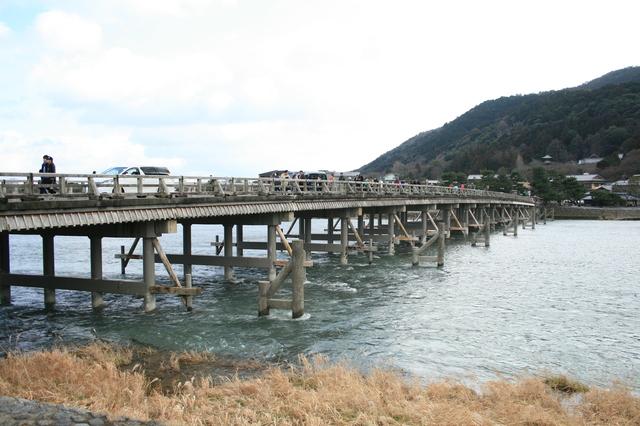 IMG_嵐山のシンボル「渡月橋」。渡月橋という名称は亀山上皇が「くまなき月の渡るに似る」と述べたことに由来。