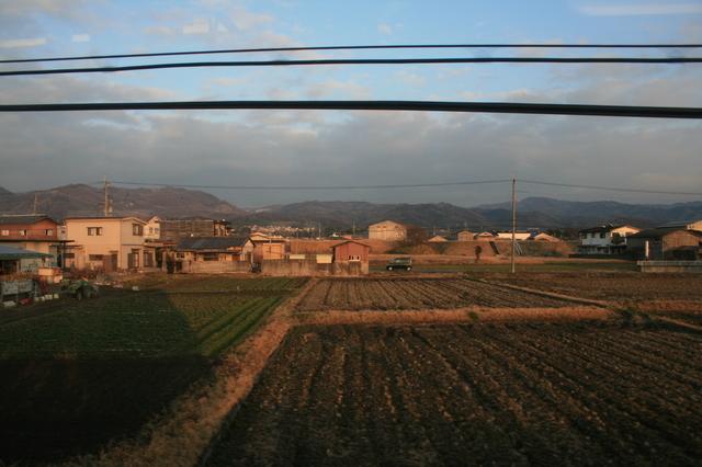 IMG_76JR桜井線(万葉まほろば線)の車窓には素朴な田園地帯と山の辺の道が通る山並みが続く32.JPG
