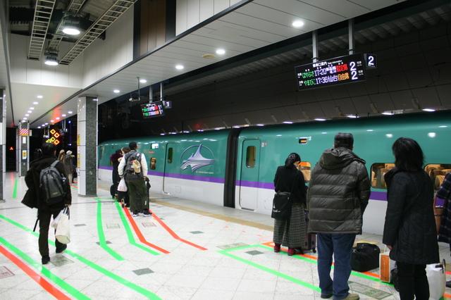 IMG東京駅と北海道新幹線「はやぶさ号」H7_7998.JPG
