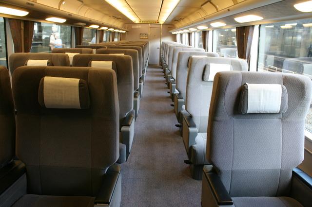 IMG_JR西日本の関空特急はるか号(281系車両)グリーン車の座席