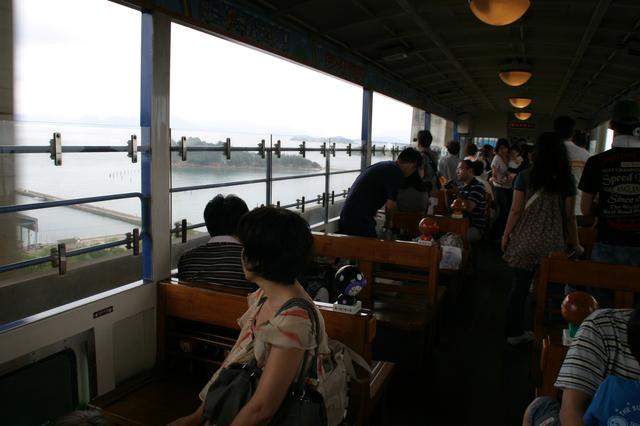 IMG_93「瀬戸大橋アンパンマントロッコ号」トロッコ車両。瀬戸大橋があらわれ盛り上がる車内39.JPG