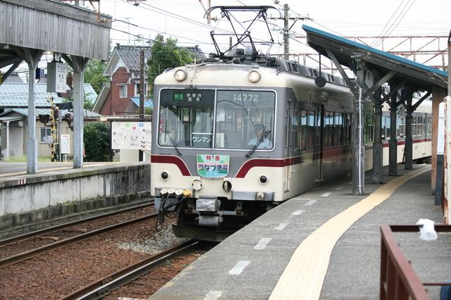 IMG_94寺田駅に停車する富山地方鉄道(富山地鉄)の特急「うなづき号」14760形電車62.JPG