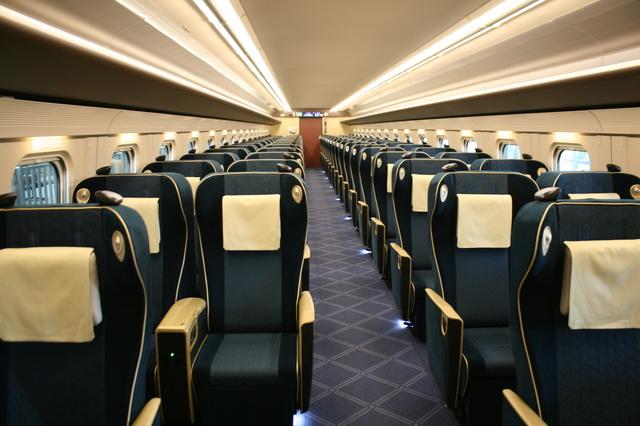 IMG_9558洗練された雰囲気の北陸新幹線のグリーン車座席(かがやき・はくたか・つるぎ).JPG
