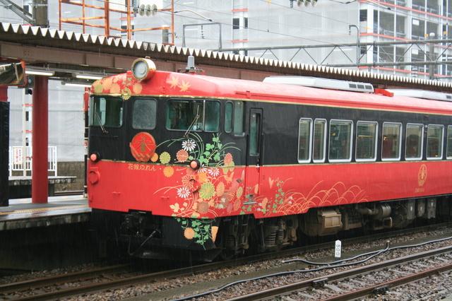 JR金沢駅4番ホームより発着するJR七尾線観光特急列車「花嫁のれん号」.JPG