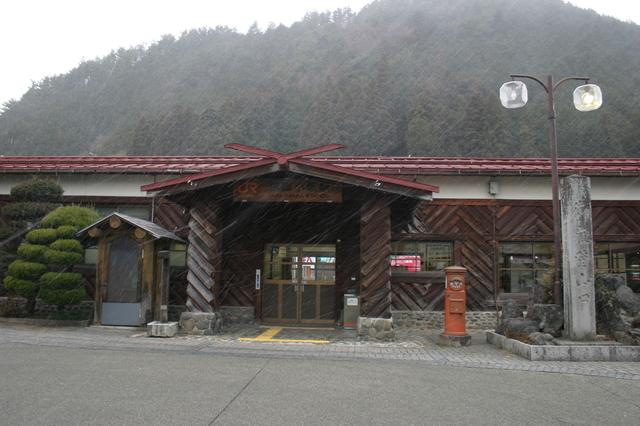 1 044丸太で組まれたレトロな雰囲気が魅力的なJR高山本線の飛騨小坂駅.jpg