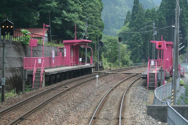 IMG_駅舎がピンク色で「恋が叶う駅」と話題の恋山形駅 智頭急行