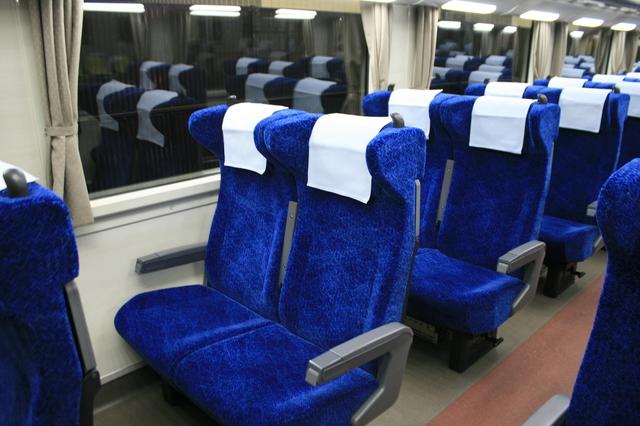 IMG_0274青色をベースにまとめられた南海電車の特急サザンプレミアム(12000系電車)の座席.JPG