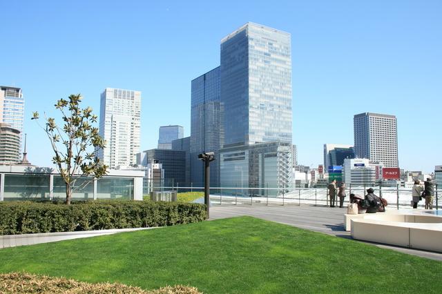 IMG_05芝生が植わる心地よい空間、JPタワーKITTEの屋上ガーデン70.JPG