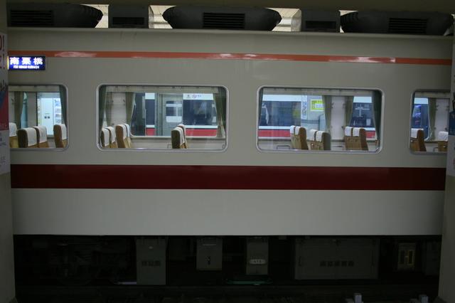 IMG_073明るい色調にまとめられた東武鉄道の特急きりふり号3.JPG