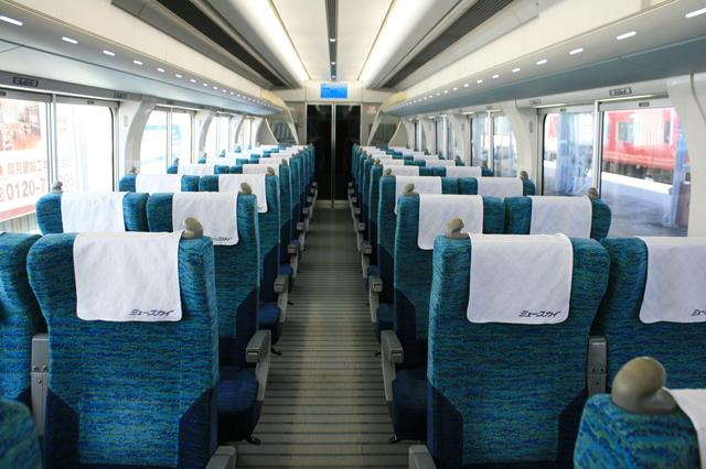 IMG_0964ゆったりサイズのリクライニングシートを配する空港アクセス特急μSky(ミュースカイ).JPG