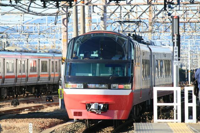 IMG_赤い車体が特徴的な名鉄特急パノラマsuper1200系(一部特別車)