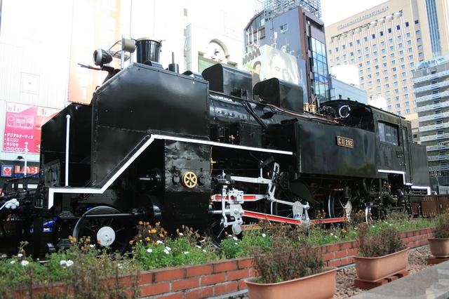 IMG_123新橋駅日比谷口を出た広場(新橋駅SL広場)に展示されている蒸気機関車(C11-292)6.JPG