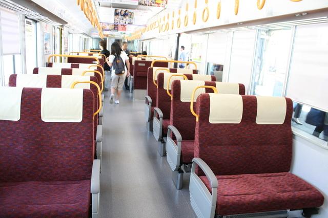 IMG_転換クロスシートを配したJR快速「安芸路ライナー」の227系車両の車内1565.JPG