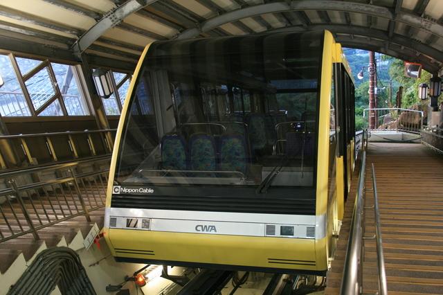 IMG_1754帆柱ケーブルカー。後方座席の窓外には皿倉山の緑の隙間から広がる北九州の町並みを楽しめる.JPG