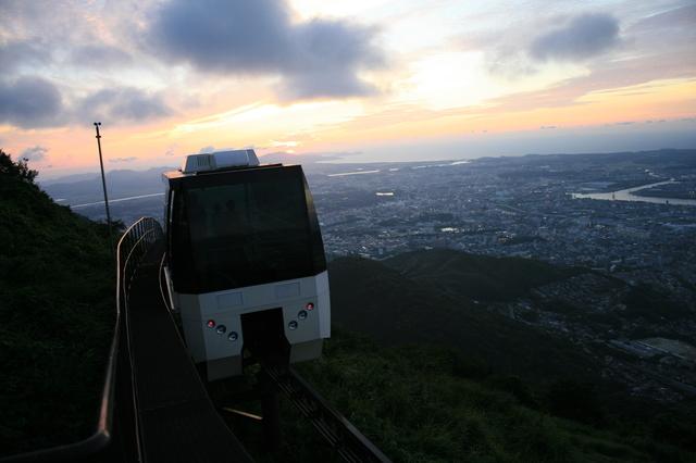 IMG_1785山頂駅〜展望台はスロープカーで約3分間の空中散歩.JPG
