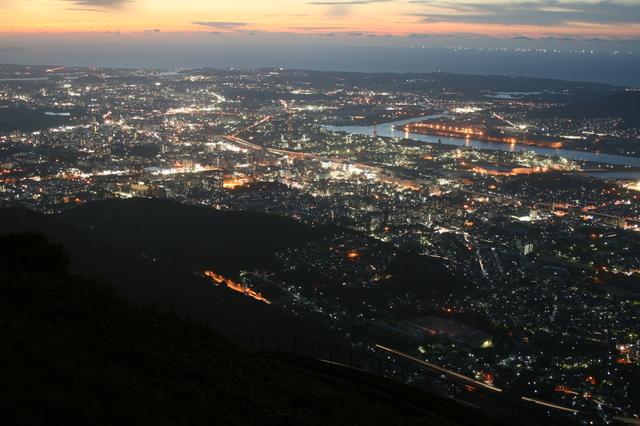 IMG_1970 △星屑を散らしたような皿倉山山頂展望台からの北九州の夜景.JPG