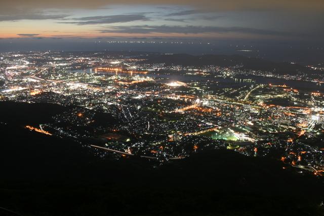 IMG_1994壮大なスケールを誇る、皿倉山山頂展望台からの北九州の夜景.JPG