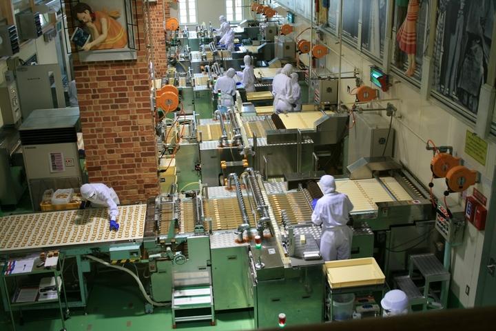「白い恋人パーク」の「ファクトリーウォーク」では、「白い恋人」の製造ラインを見学できる(北海道 札幌市).JPG