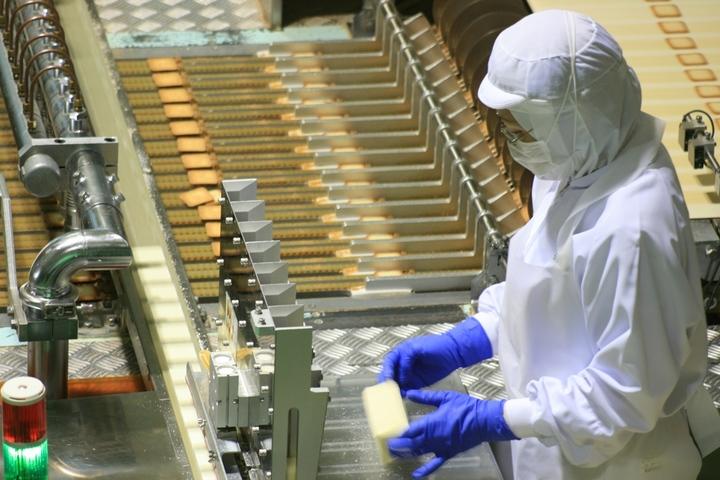 石屋製菓「白い恋人パーク」の「ファクトリーウォーク」では、「白い恋人」の製造ラインを見学できる(北海道札幌市 )2.JPG
